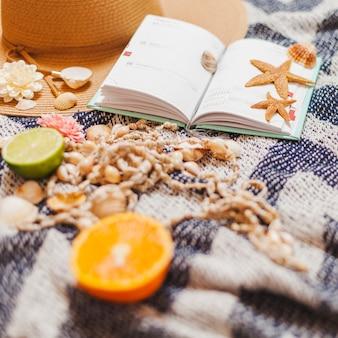 Agenda mit Strand-Elementen und Obst