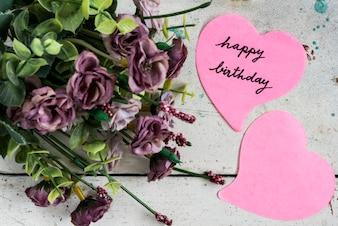 Alles Gute zum Geburtstag in Herzform Papier mit lila Blüten