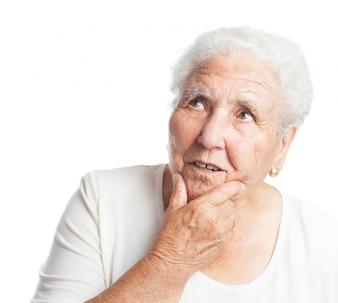 Alte Frau, die denken