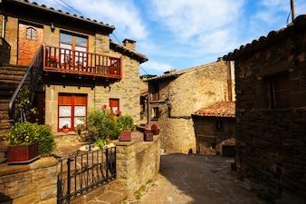 Alte Straße im mittelalterlichen katalanischen Dorf