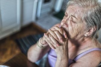 Ältere Frau beten