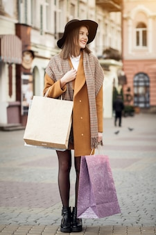 Amerikanische glückliche Taschen schöne Mädchen