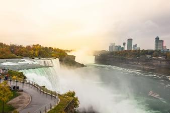 Amerikanische Seite der Niagarafälle bei Sonnenaufgang