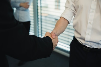 Anonyme Männer Händeschütteln in modernen Büro