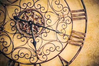 Antike Uhr an einer Wand