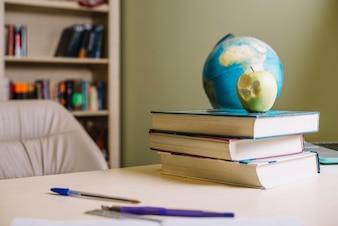 Apple und Bücher auf dem Schreibtisch
