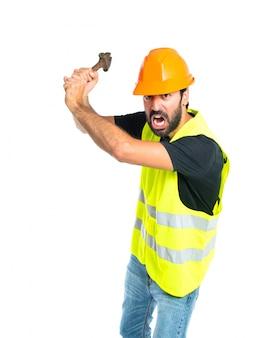 Arbeiter mit Schraubenschlüssel über weißem Hintergrund