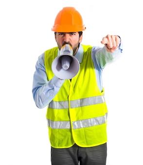 Arbeiter schreit über weißem Hintergrund