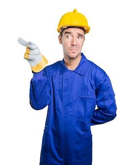 Arbeiter zeigt auf weißem Hintergrund
