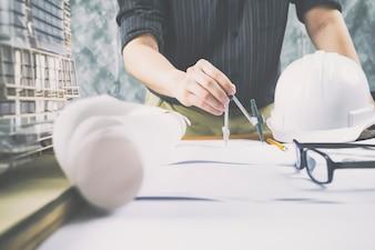 Architekt oder Ingenieur arbeiten im Büro, Baukonzept.