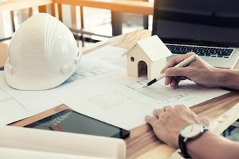 Architekten Ingenieur diskutieren am Tisch mit Blaupause - Nahaufnahme auf Händen und Projekt drucken