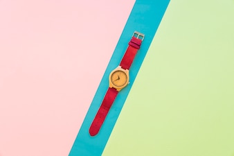 Armbanduhr auf buntem Hintergrund