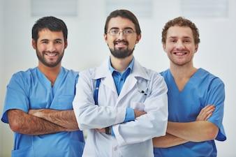 Arzt führt ein medizinisches Team im Krankenhaus