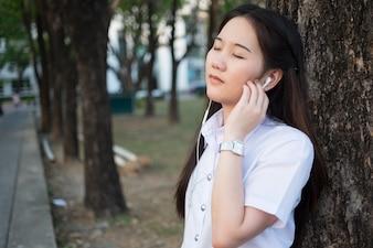 Asiatische frau hört musik
