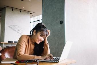 Asiatische Frau mit Laptop
