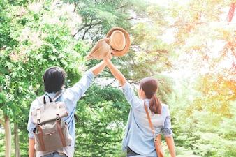 Asiatische Paar reisen in grünen Wald, Happy Reisen