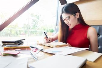 Asien Business-Frau arbeitet in einem Café