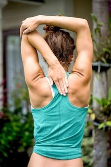 Athletische Frau macht Übung im Freien