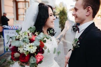 Aufgeregt Braut und Bräutigam auf der Straße