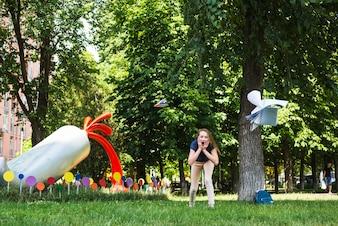 Aufgeregt Student beobachten Lehrbücher fliegen in der Luft