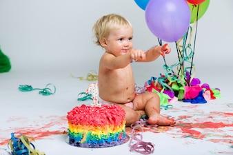 Baby Mädchen feiert ihre erste bithday mit Gourmet Kuchen und ba