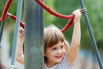 Baby Mädchen Klettern an Seilen