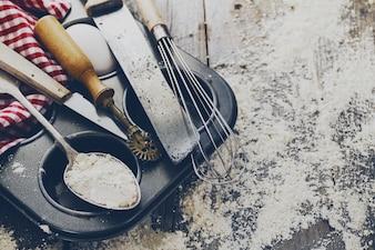 Backen Konzept Küche Kochen Besteck Zubehör für Backen auf Holzuntergrund mit Mehl. Draufsicht. Kochvorgang Niemand.