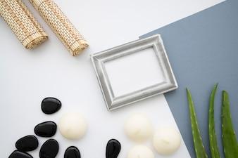 Bambusstücher, Rahmen, Steine und Blätter