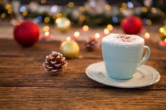 Becher mit Schaum und Weihnachtsdekoration Hintergrund