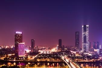 Beleuchtete Stadt in der Nacht