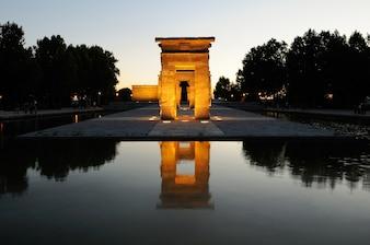 Beleuchtete Tempel von Debod in Madrid