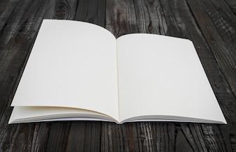 Blank Buch auf einem Holztisch