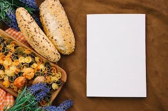 Blank Buch Mockup mit Brot und Nudeln