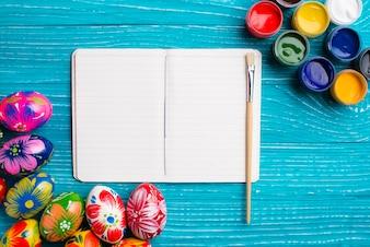 Blank Notebook mit Pinsel Farbe und malen Gläser