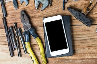 Blank Notepad und cleveres Handy am Büro Tisch verwendet