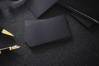 Blank schwarze Visitenkarte Mock up schwarzen Hintergrund für den Einsatz uns Kontakt Informationen Design Tempel