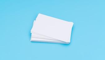 Blank Visitenkarte auf blauem Hintergrund.