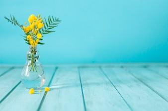 Blaue Bretter mit gelben Blüten