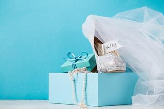 Blaue Schachtel mit Brautschuhe in Komposition