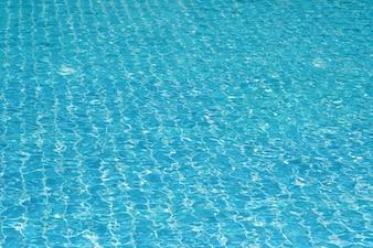 Blaue und helle Wasseroberfläche und Welligkeit Welle mit Sonnenreflexion im Schwimmbad