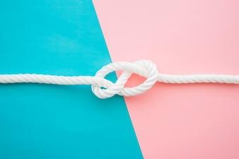 Blaue und rosa Oberfläche mit Bootsknoten