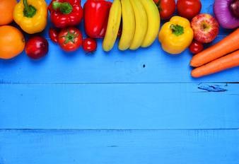 Blauer Tisch mit Gemüse und Früchten