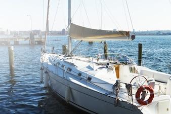 Blick auf schöne weiße Yacht. Tageslicht. Horizontal. Meer Hintergrund.