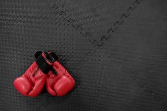 Boxhandschuhe hängen auf Nagel auf Textur Wand mit Kopie Platz für Text. Ruhestandskonzept