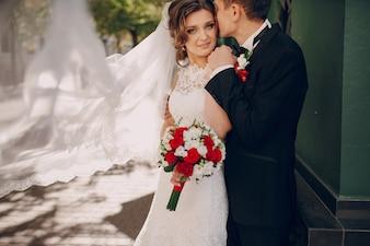 Bräutigam küßt Braut