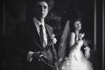 Bräutigam rauchende Zigarre