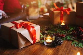 Brown Geschenk mit einer Kerze daneben