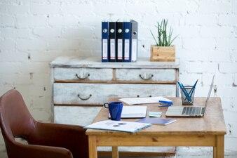 Brown Stuhl mit Schreibtisch