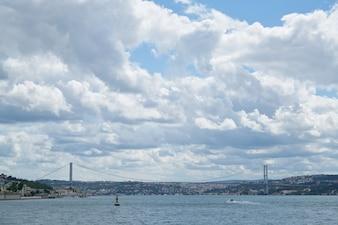 Brücke über dem Meer vom Wasser aus gesehen