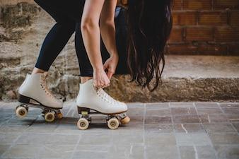 Brunette Mädchen Biegen Binden Rollerskates draußen